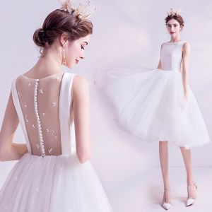 Schlicht Weiß Brautkleider / Hochzeitskleider A Linie 2020 Verdeckter Knopf Rundhalsausschnitt Perlenstickerei Ärmellos Knielang