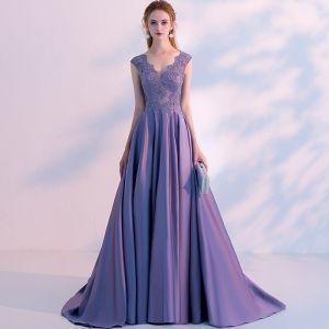 Schöne Lavendel Abendkleider 2018 A Linie Perlenstickerei Spitze Blumen V-Ausschnitt Ärmellos Sweep / Pinsel Zug Festliche Kleider