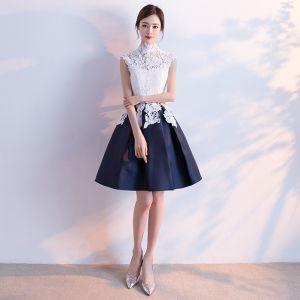 Erschwinglich Chinesischer Stil Abiballkleider 2017 Mit Spitze Applikationen Stehkragen Ärmellos Weiß Marineblau Kurze Ballkleid