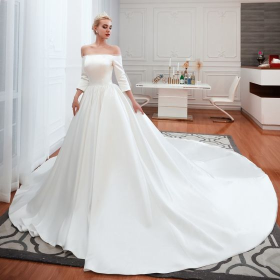 Abordable Simple Ivoire Satin Robe De Mariée 2019 Princesse De l'épaule 3/4 Manches Dos Nu Cathedral Train Volants
