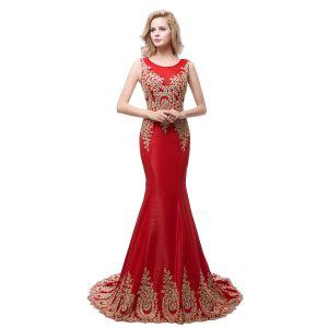 Schöne Rot Abendkleider 2018 Mermaid Rundhalsausschnitt Ärmellos Gold Applikationen Mit Spitze Strass Sweep / Pinsel Zug Rüschen Festliche Kleider