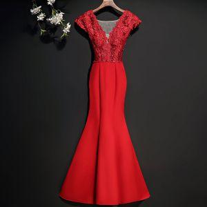 Piękne Burgund Sukienki Wieczorowe 2017 Syrena / Rozkloszowane Z Koronki Kwiat Kryształ V-Szyja Długie Sukienki Wizytowe