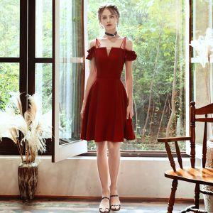 Abordable Rouge de retour Robe De Graduation 2020 Princesse De l'épaule Bretelles Spaghetti Manches Courtes Dos Nu Courte Robe De Ceremonie