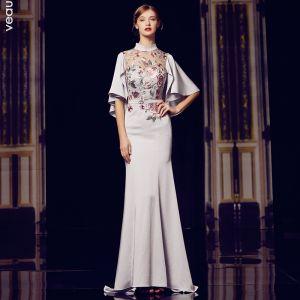 Style Chinois Gris Transparentes Robe De Soirée 2020 Trompette / Sirène Col Haut 1/2 Manches Brodé Fleur Ceinture Train De Balayage Volants Robe De Ceremonie