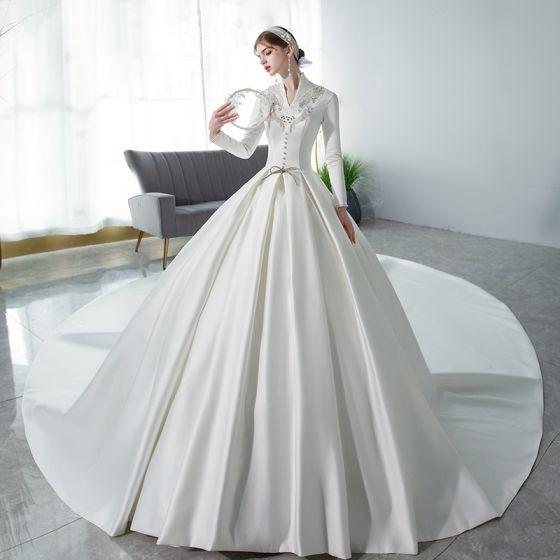 Betaalbare Moslim Ivoor Satijn Winter Bruids Trouwjurken 2021 Baljurk V-Hals Lange Mouwen Appliques Kant Kralen Parel Cathedral Train Ruche