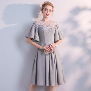 Modest / Simple Grey Homecoming Graduation Dresses 2018 A-Line / Princess Scoop Neck 1/2 Sleeves Appliques Lace Knee-Length Ruffle Formal Dresses