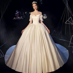 Enkla Elfenben Satin Bröllopsklänningar 2019 Balklänning Av Axeln Spaghettiband Korta ärm Halterneck Chapel Train Ruffle
