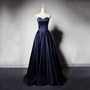 Elegante Marineblau Satin Abendkleider 2019 A Linie Herz-Ausschnitt Ärmellos Perlenstickerei Lange Rüschen Rückenfreies Festliche Kleider