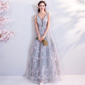 Schöne Grau Abendkleider 2018 Empire V-Ausschnitt Ärmellos Star Applikationen Perlenstickerei Lange Rüschen Rückenfreies Festliche Kleider