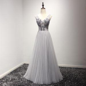 Schöne Grau Abendkleider 2017 A Linie V-Ausschnitt Ärmellos Perlenstickerei Kristall Pailletten Lange Rüschen Rückenfreies Festliche Kleider