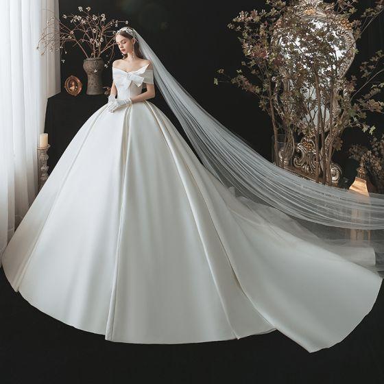 Proste / Simple Eleganckie Kość Słoniowa Satyna Suknie Ślubne 2021 Suknia Balowa Przy Ramieniu Kokarda Kótkie Rękawy Bez Pleców Trenem Królewski Ślub