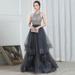 Moda Szary Sukienki Wieczorowe 2020 Princessa Posiadacz Bez Rękawów Frezowanie Długie Kaskadowe Falbany Bez Pleców Sukienki Wizytowe