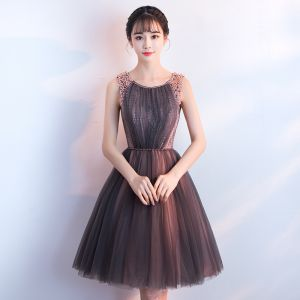 Modern / Fashion Chocolate Homecoming Graduation Dresses 2018 A-Line / Princess Scoop Neck Sleeveless Beading Pearl Sash Short Ruffle Backless Formal Dresses