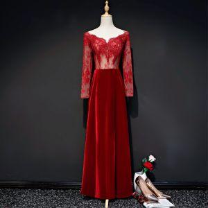 Illusion Burgunderrot Durchsichtige Wildleder Abendkleider 2019 Etui V-Ausschnitt Lange Ärmel Lange Rüschen Rückenfreies Festliche Kleider