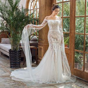 Elegante Ivory / Creme Strand Brautkleider / Hochzeitskleider 2020 Meerjungfrau Off Shoulder Lange Ärmel Rückenfreies Applikationen Spitze Hof-Schleppe Rüschen