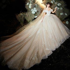 Schöne Champagner Brautkleider / Hochzeitskleider 2020 Ballkleid Off Shoulder Kurze Ärmel Rückenfreies Glanz Tülle Applikationen Spitze Blumen Perlenstickerei Kathedrale Schleppe Rüschen
