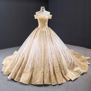 Magnífico Oro Vestidos De Novia 2020 Ball Gown Fuera Del Hombro Manga Corta Sin Espalda Rebordear Glitter Tul Cathedral Train Ruffle