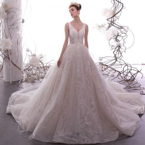 Elegante Champagner Brautkleider / Hochzeitskleider 2019 A Linie V-Ausschnitt Ärmellos Rückenfreies Glanz Blatt Applikationen Spitze Perlenstickerei Kapelle-Schleppe Rüschen