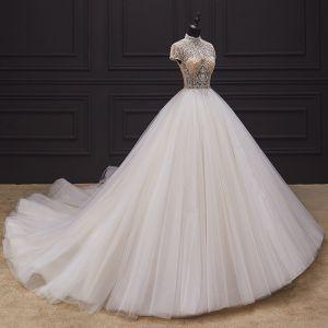 Iluzja Kość Słoniowa ślubna Suknie Ślubne 2020 Suknia Balowa Przezroczyste Wysokiej Szyi Kótkie Rękawy Bez Pleców Wykonany Ręcznie Frezowanie Trenem Kaplica