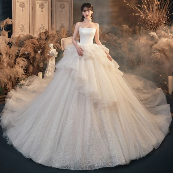 Romántico Marfil Boda Vestidos De Novia 2020 Ball Gown Sin Tirantes Sin Mangas Sin Espalda Glitter Tul Cathedral Train Ruffle