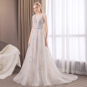 Moderne / Mode Gris Robe De Soirée 2019 Princesse Encolure Dégagée Sans Manches Étoile Brodé Noeud Ceinture Tribunal Train Volants Dos Nu Robe De Ceremonie