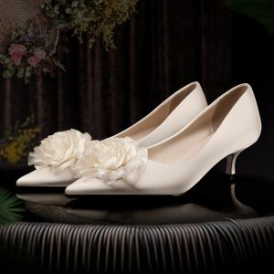 Elegant Champagne Wedding Shoes 2020 Satin Appliques 3 cm Stiletto Heels Low Heel Pointed Toe Wedding Pumps