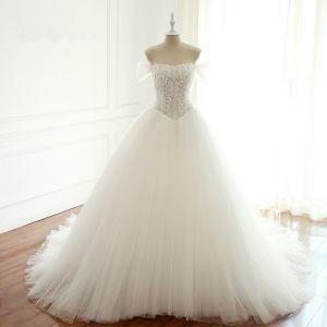 Elegante Weiß Handgefertigt Perlenstickerei Brautkleider 2018 Ballkleid Pailletten Off Shoulder Rückenfreies Ärmellos Kathedrale Schleppe Hochzeit