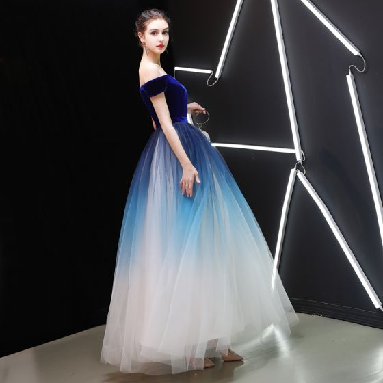 Atractivo Azul Real Degradado De Color Marfil Suede Vestidos de gala 2019 A-Line / Princess Fuera Del Hombro Manga Corta Cinturón Largos Ruffle Sin Espalda Vestidos Formales