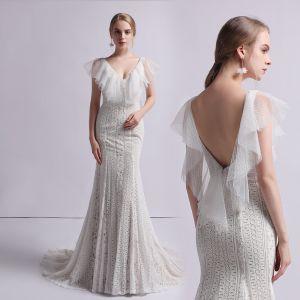 Schöne Champagner Spitze Brautkleider / Hochzeitskleider 2019 Meerjungfrau V-Ausschnitt Ärmellos Rückenfreies Sweep / Pinsel Zug Rüschen