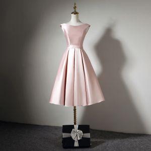 Schlicht Pink Satin Heimkehr Abiballkleider 2020 A Linie Off Shoulder Kurze Ärmel Stoffgürtel Knielang Rüschen Rückenfreies Festliche Kleider