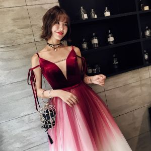 Moderne / Mode Bordeaux Robe De Soirée 2018 Princesse Bretelles Spaghetti V-Cou Sans Manches Ceinture Longue Volants Dos Nu Robe De Ceremonie