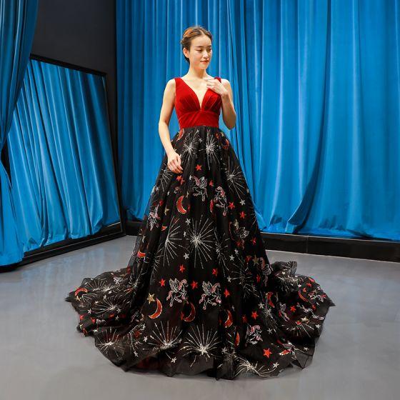 Lyx Röd Svarta Mocka Aftonklänningar 2020 Prinsessa Djup v-hals Ärmlös Glittriga / Glitter Appliqués Spets Chapel Train Ruffle Halterneck Formella Klänningar