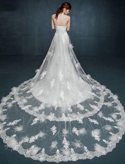 Romantische Spitze Brautkleider Weißes Trägerloses Hochzeitskleid Mit Doppelschlepp