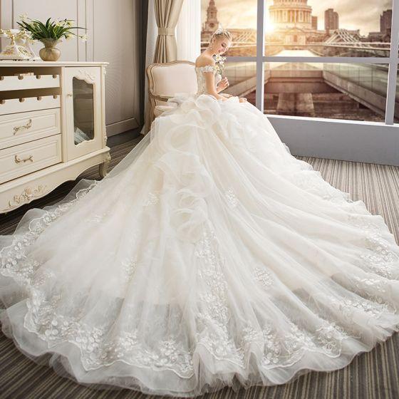 Elegante Champagner Brautkleider / Hochzeitskleider 2019 A Linie Off Shoulder Kurze Ärmel Rückenfreies Applikationen Spitze Perle Kapelle-Schleppe Rüschen