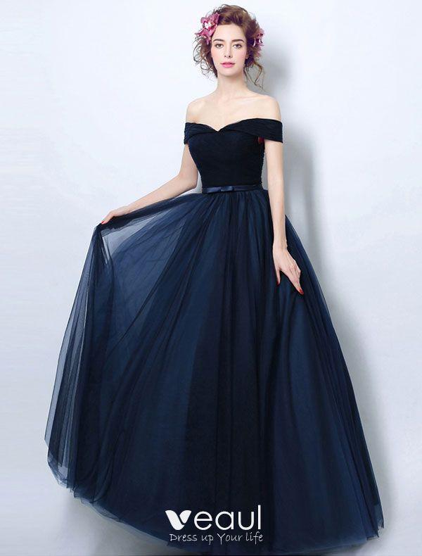 Un vestido azul oscuro
