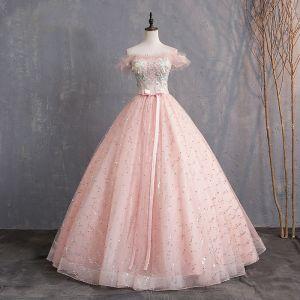 Elegantes Perla Rosada Vestidos de gala 2019 Ball Gown Fuera Del Hombro Apliques Con Encaje Flor Lentejuelas Bowknot Perla Manga Corta Sin Espalda Largos Vestidos Formales