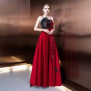 Proste / Simple Burgund Sukienki Wieczorowe 2019 Princessa Spaghetti Pasy Bez Rękawów Haftowane Długie Wzburzyć Bez Pleców Sukienki Wizytowe