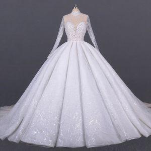 Luxus / Herrlich Weiß Hochzeits Durchsichtige Brautkleider / Hochzeitskleider 2020 Ballkleid Stehkragen Lange Ärmel Handgefertigt Perlenstickerei Pailletten Kathedrale Schleppe Rüschen