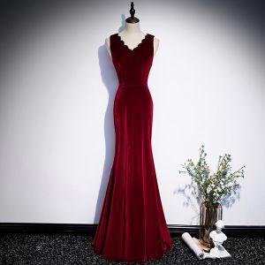 Schlicht Burgunderrot Velour Winter Abendkleider 2020 Meerjungfrau V-Ausschnitt Ärmellos Lange Rüschen Festliche Kleider