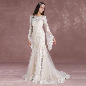 Eleganta Champagne Pierced Bröllopsklänningar 2018 Trumpet / Sjöjungfru Fyrkantig Ringning Långärmad Halterneck Appliqués Spets Svep Tåg