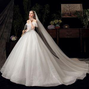 Schöne Ivory / Creme Hochzeits Brautkleider / Hochzeitskleider 2020 Ballkleid Off Shoulder Kurze Ärmel Rückenfreies Glanz Tülle Kapelle-Schleppe Rüschen