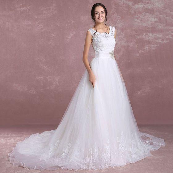 Elegante Weiß Brautkleider 2018 A Linie Rundhalsausschnitt Ärmellos Rückenfreies Applikationen Mit Spitze Strass Stoffgürtel Hof-Schleppe