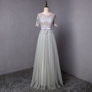 Affordable Grey Prom Dresses 2018 A-Line / Princess Bow Lace Flower Scoop Neck Short Sleeve Floor-Length / Long Formal Dresses