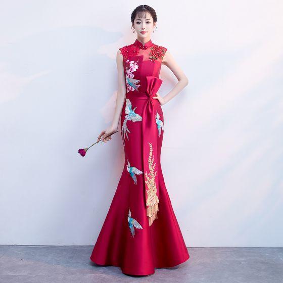 Style Chinois Bordeaux Satin Transparentes Robe De Soirée 2019 Trompette / Sirène Col Haut Sans Manches Noeud Perlage Gland Brodé Fleur Perle Longue Dos Nu Robe De Ceremonie