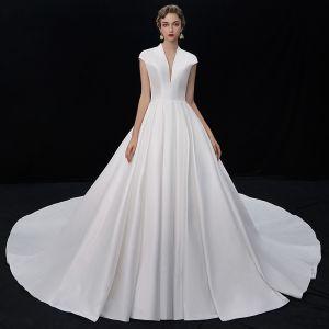 Vintage Ivory / Creme Satin Brautkleider / Hochzeitskleider 2019 A Linie Tiefer V-Ausschnitt Ärmellos Kathedrale Schleppe Rüschen
