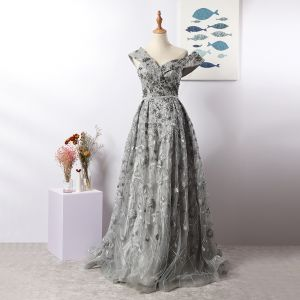 Luxus / Herrlich Charmant Grau Abendkleider 2020 A Linie V-Ausschnitt Handgefertigt Perlenstickerei Kristall Strass Spitze Blumen Ärmellos Rückenfreies Lange Festliche Kleider