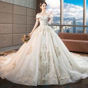 Snygga / Fina Champagne Bröllopsklänningar 2018 Balklänning Spets Blomma Beading Kristall Paljetter Av Axeln Halterneck Ärmlös Royal Train Bröllop