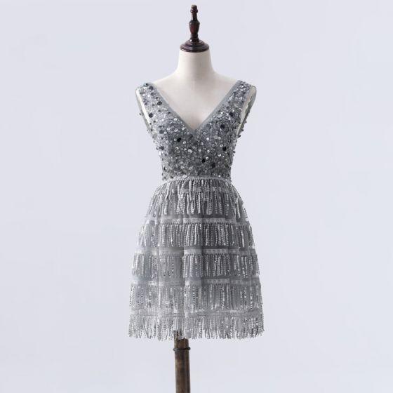 Mode Grau Cocktailkleider 2020 A Linie Tiefer V-Ausschnitt Ärmellos Perlenstickerei Pailletten Quaste Kurze Rückenfreies Festliche Kleider