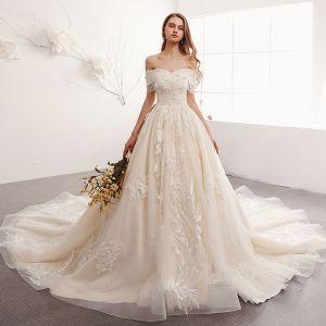 Elegante Champagner Brautkleider / Hochzeitskleider 2019 A Linie Off Shoulder Perlenstickerei Quaste Perle Spitze Blumen Kurze Ärmel Rückenfreies Kathedrale Schleppe