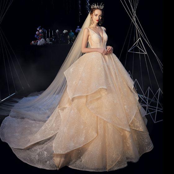 Luxus / Herrlich Champagner Brautkleider / Hochzeitskleider 2019 A Linie Tiefer V-Ausschnitt Ärmellos Rückenfreies Perlenstickerei Kathedrale Schleppe Fallende Rüsche